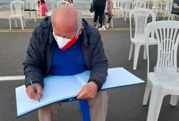 ADULTOS MAYORES DEJAN MENSAJES EN 'LIBRO DE LA ESPERANZA' TRAS RECIBIR VACUNA CONTRA LA COVID-19